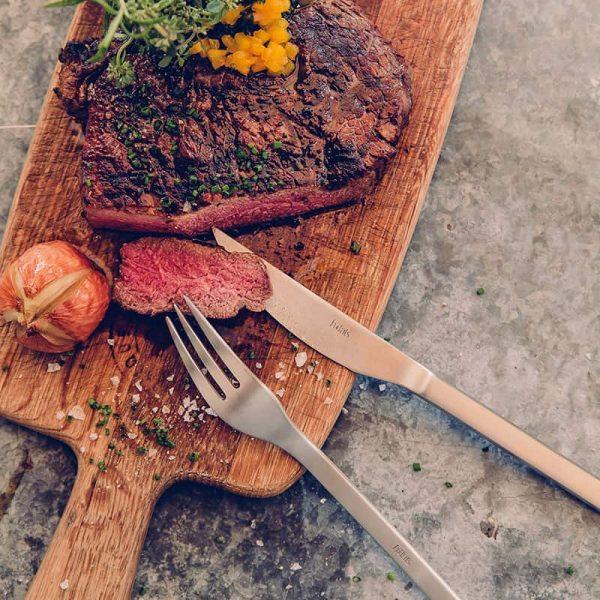 Höfats Grillbestick ovanpå köttplanka