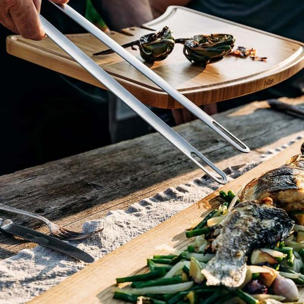 Fisk plockas upp med hjälp av Höfats Grilltång