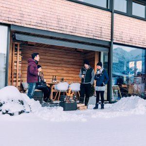 Eldar med Höfats Cube Eldkorg & Kolgrill svart på vintern
