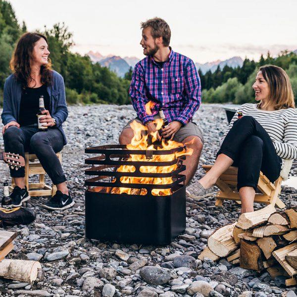 Eldar med Höfats Cube Eldkorg & Kolgrill svart på campingutflykt