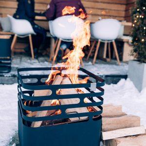 Höfats Cube Eldkorg & Kolgrill svart brinner vid snö