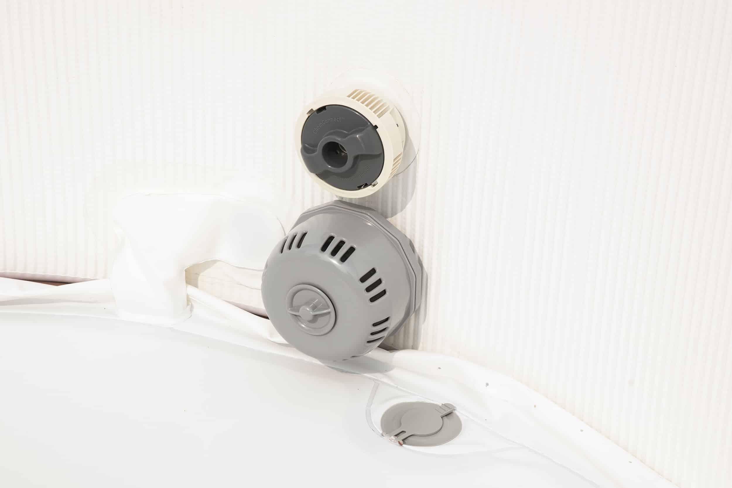 Badestampen har et innbegyd filter system som renser vannet