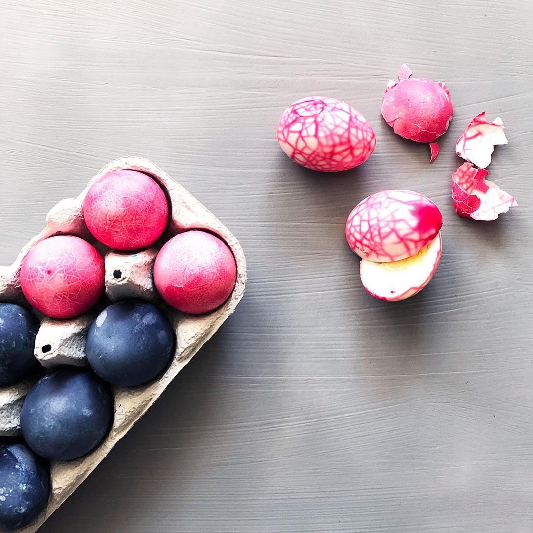 Sådan kan du lave smukke marmorerede æg til påskebordet - byTHERS
