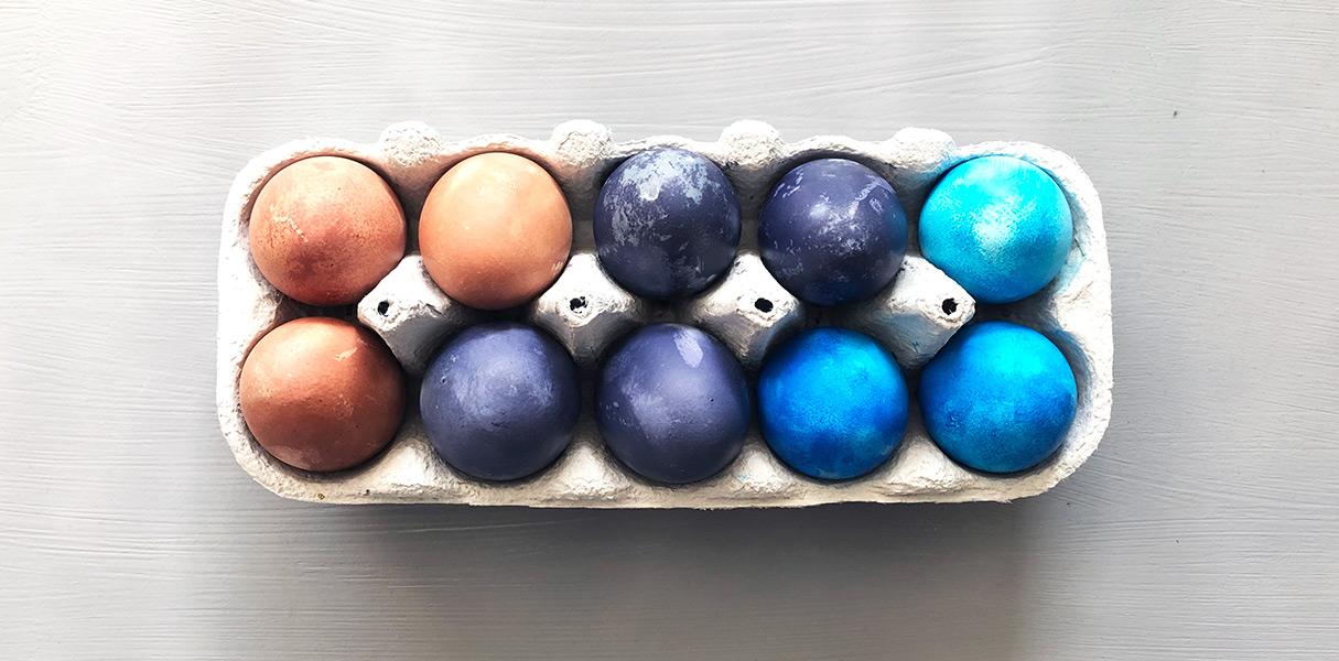 Sådan farver du æg med naturlig farve - byTHERS