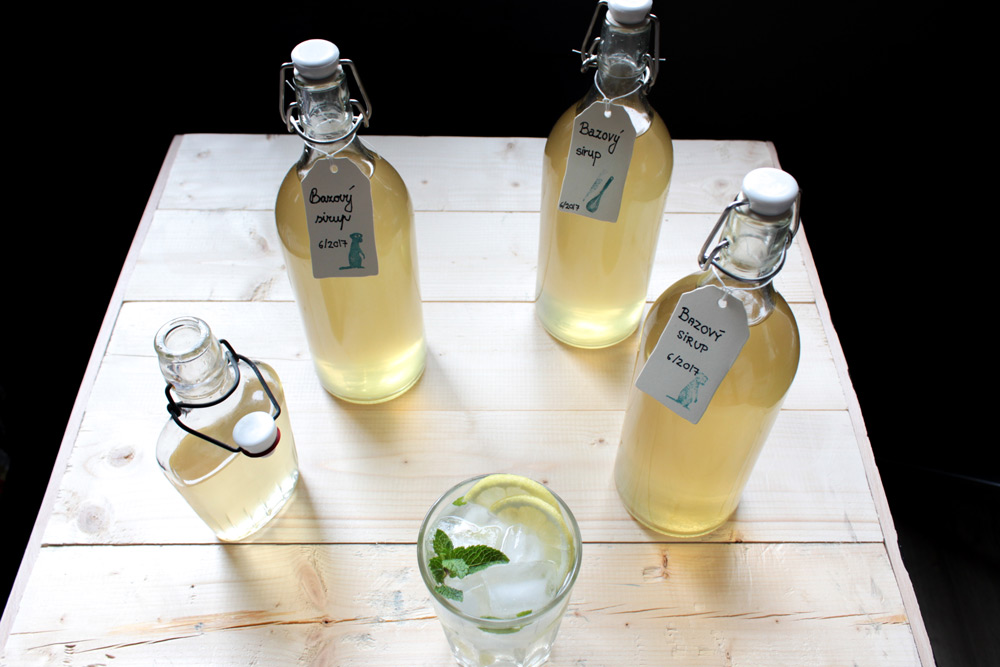 Bazový sirup vo fľašiach