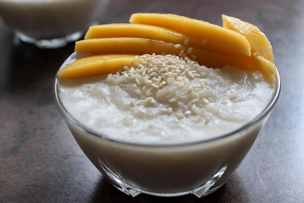 Sticky rice with sesame seeds