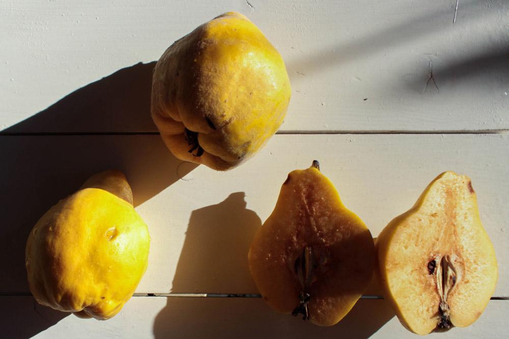 Fresh raw quinces
