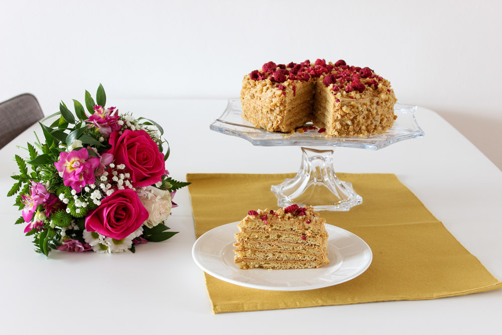 Medovníková torta na tanieri