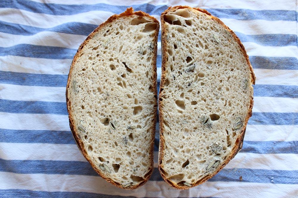 Prierez kváskovým chlebom
