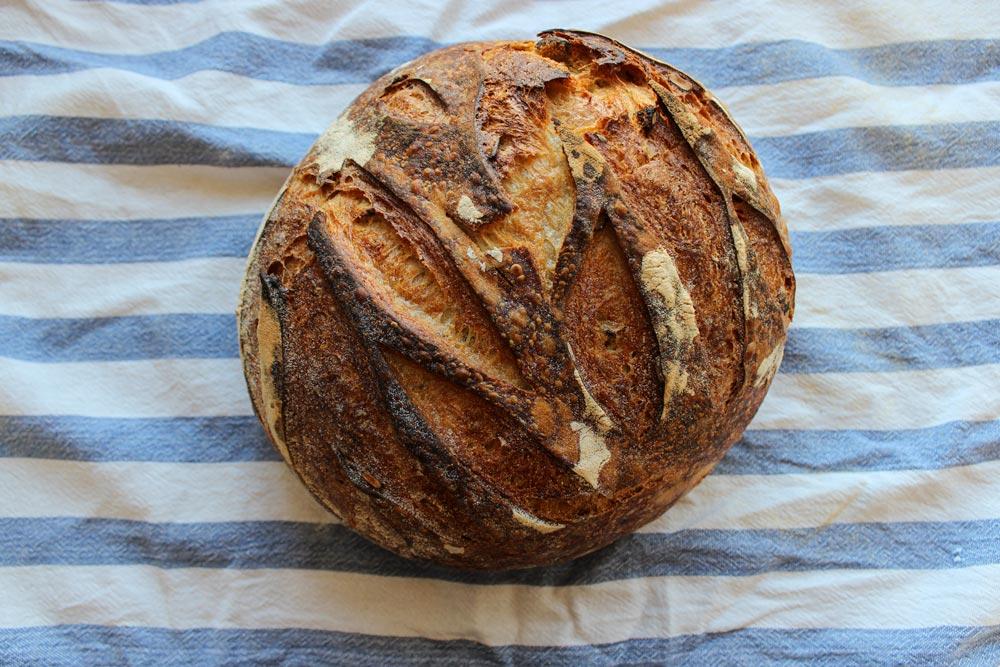 Upečený kváskový chlieb