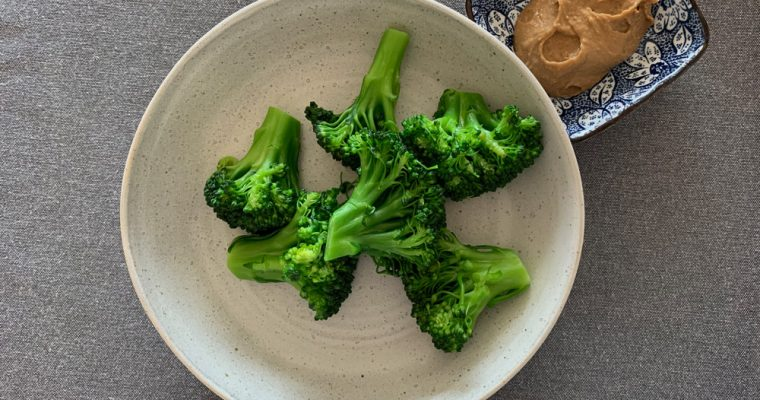Varená brokolica s arašidovou omáčkou