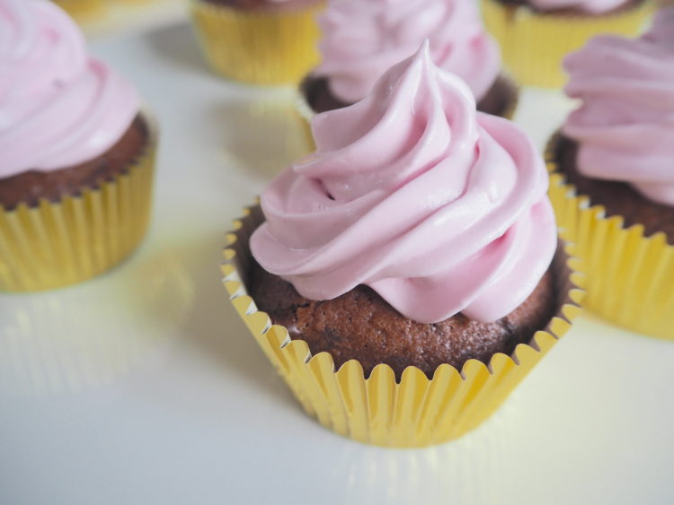 Chokoladecupcakes med hindbærskum