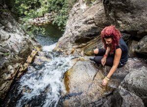 Vandrare bredvid ett vattenfall