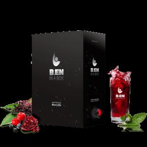Få et energiboost med boksen Ben in a Box fra Berry En. Viser bær og planter som granatæble, blåbær og hyldebær samt en sort 3 liters boks.