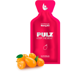 Berry En flydende kosttilskud. Hvis du døjer med dårligt blodomløb er det røde gel kosttilskud Pulz fra Berry.En for dig. Viser appelsin- og citronsaft og en gelpakke på 25g.