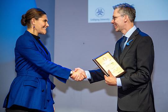 Kronprinsessan Victoria delar ut forskarpris till Cellavivas huvudprövare