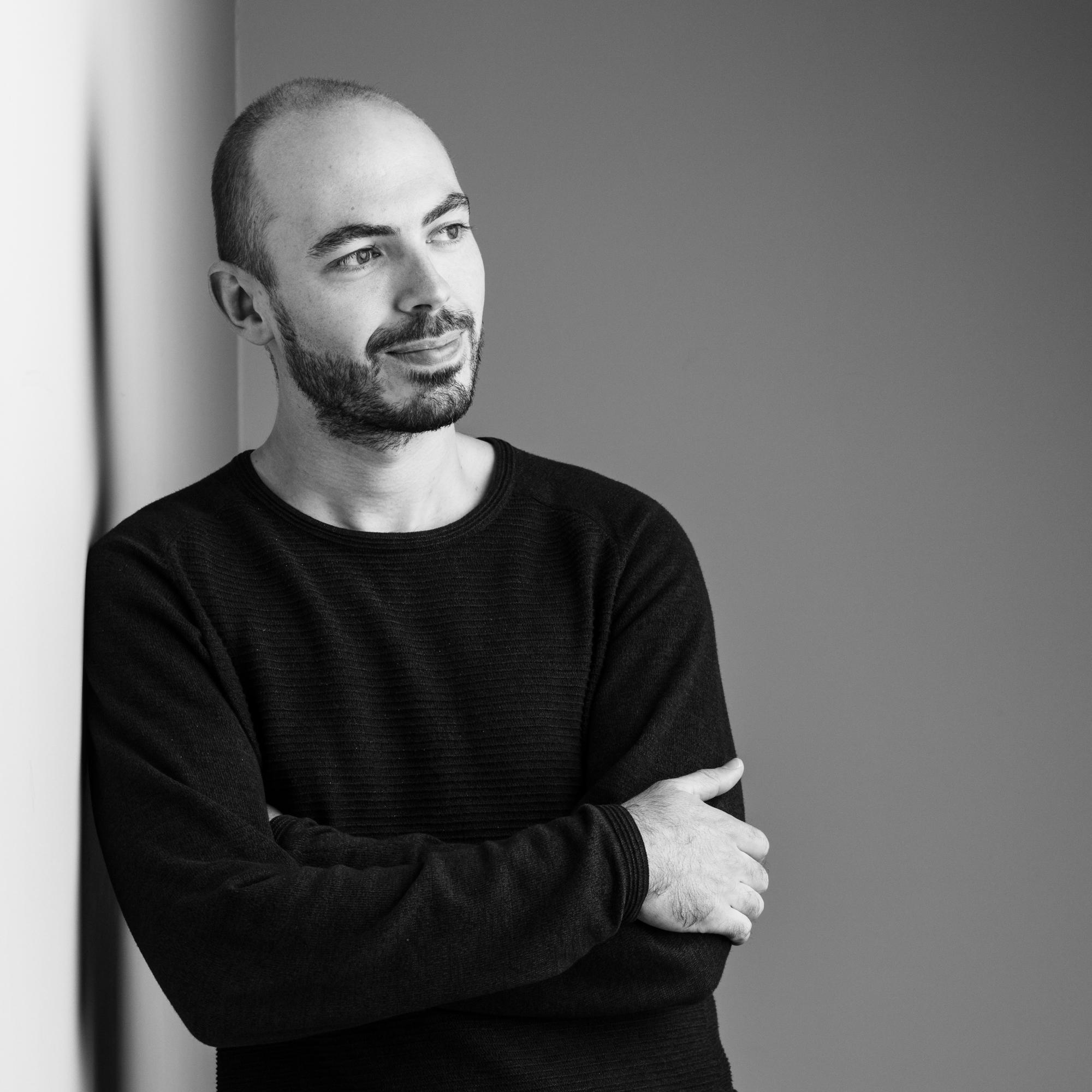 Rustige zwart-witfoto van mental coach Jeroen Vanbever