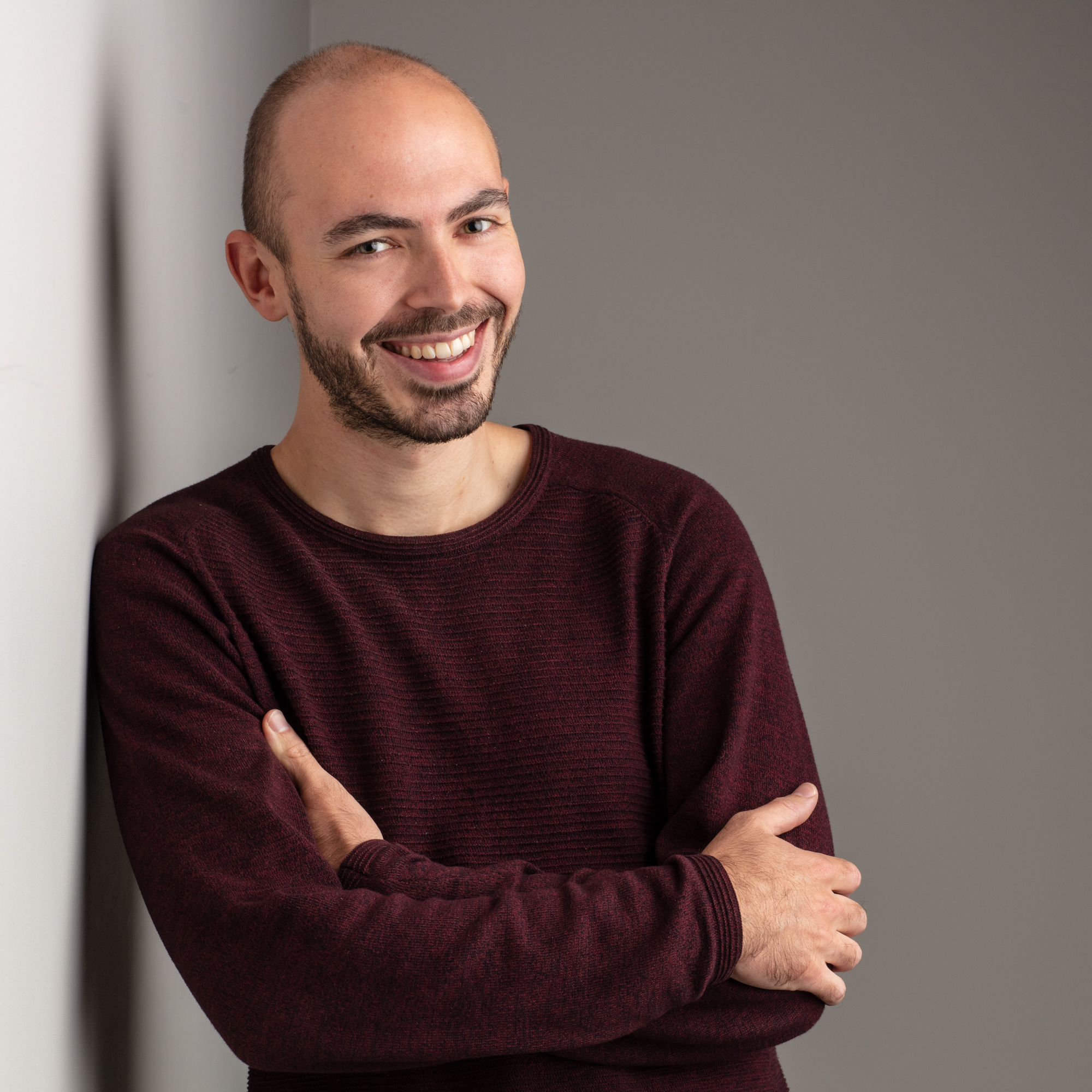 Kleurenfoto van mental coach Jeroen Vanbever met glimlach