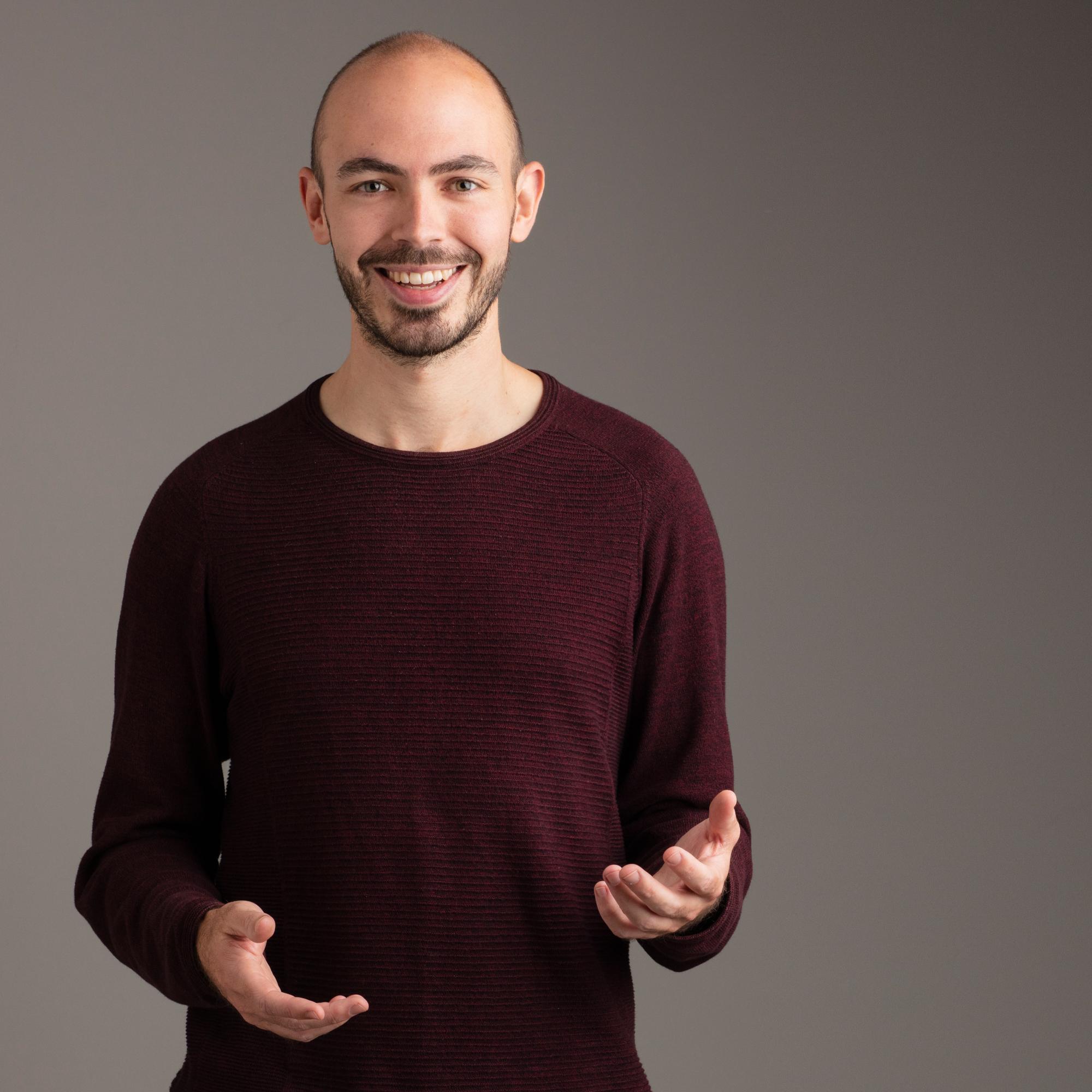 Kleurenfoto van mental coach Jeroen Vanbever met glimlach tijdens een presentatie
