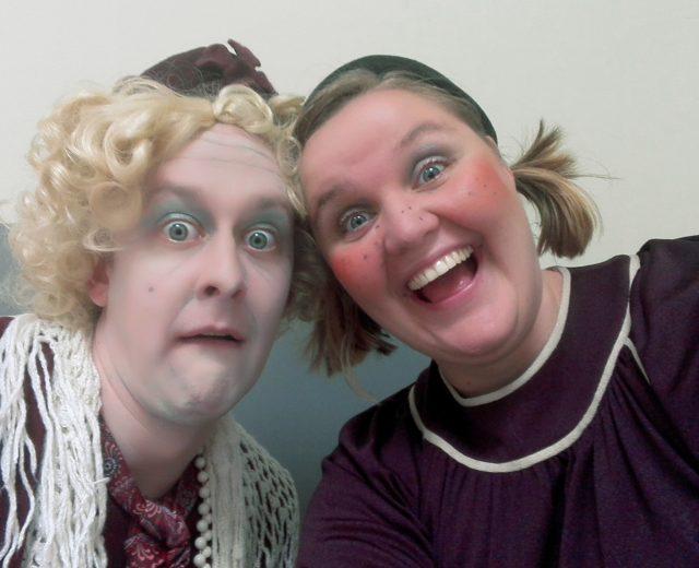 Deze oude dame en haar assistente zijn het leven van elk feestje.