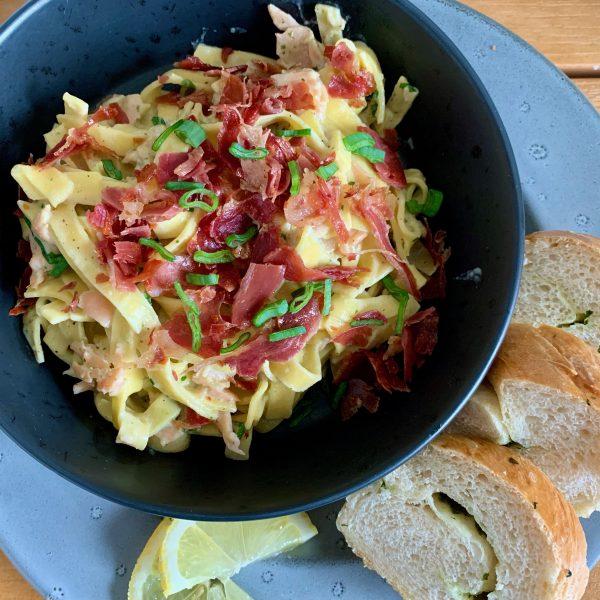Frisk pasta med laks og lufttørret skinke