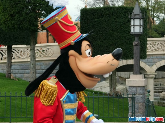 Goofy in the Christmas Cavalcade in Disneyland Paris