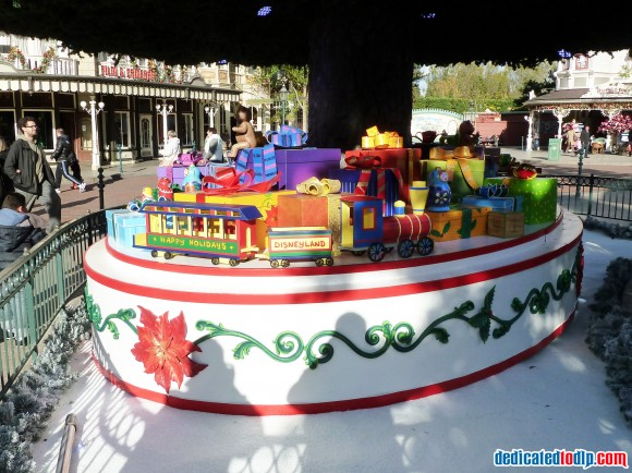 Train Under The New Christmas Tree in Disneyland Paris For 2013