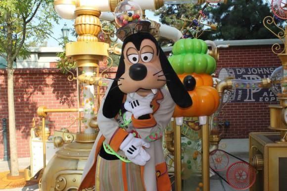 Goofy With His Bonbon Machine in Disneyland Paris
