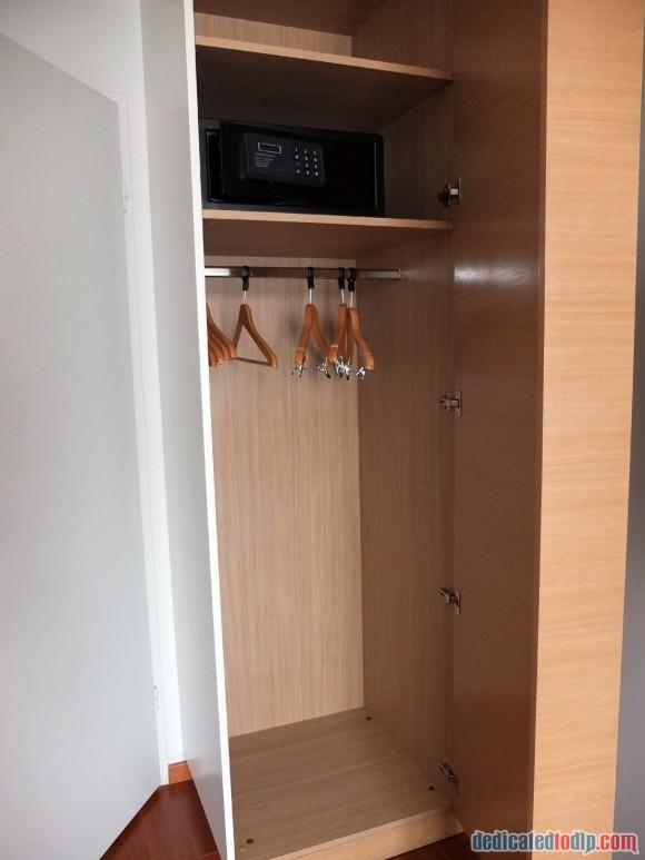 Relais Spa Chessy Val d'Europe Aprthotel (Near Disneyland Paris) – Premium Double Room Review - Wardrobe
