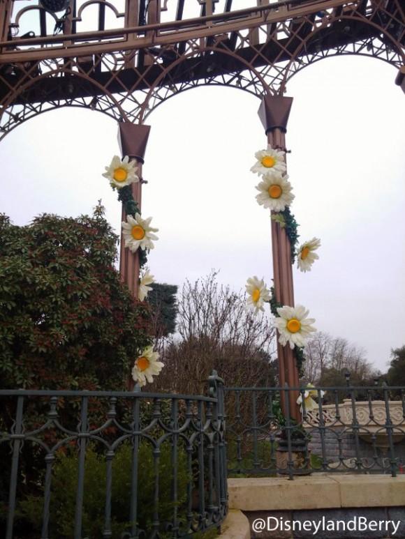 Spring Daisy decorations in Disneyland Paris