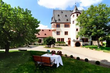 Schloss Schönborn Aussen mit Tisch