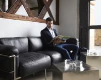 Mann auf Couch Hotel Freihof