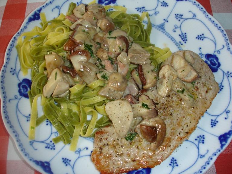 Paglia e fieno mit Steinpilzen und Schweineschnitzel