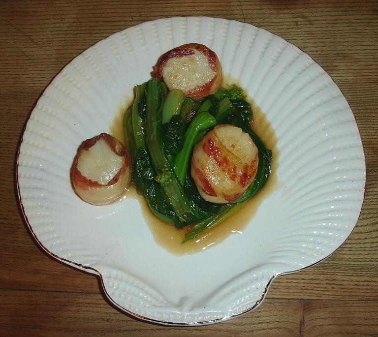 Jakobsmuscheln im Speckmantel mit asiatischen Gemüse
