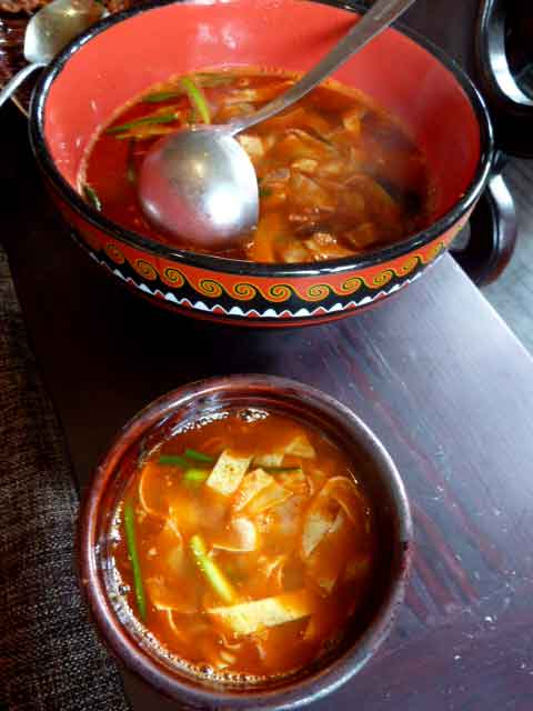 Mittags feine Yunnan Küche, nachts im wilden Hinterhof
