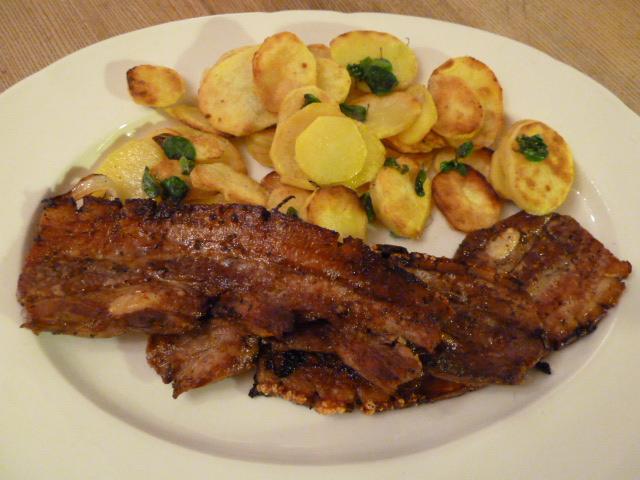 Knuspriger Schweinebauch mit Bratkartoffeln