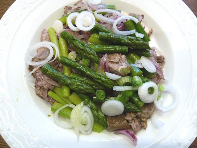 Rindfleischsalat mit grünen Spargel