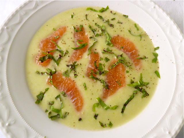 Erbsen-Kartoffelsuppe mit roher Lachsforelle