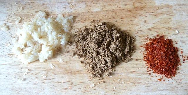 Knoblauch, 5 Gewürzepulver und Chiliflocken