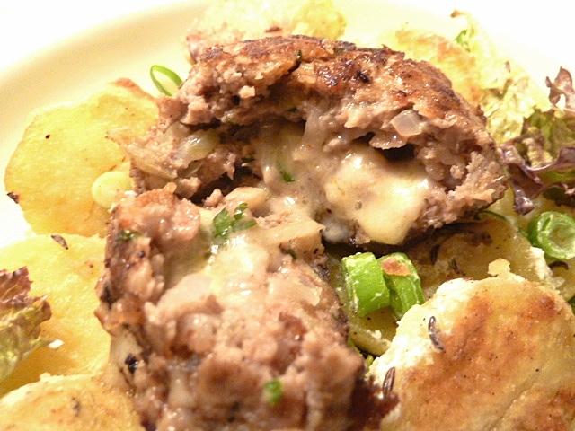 Fleischpflanzerl mit Käsefüllung und Bratkartoffelsalat
