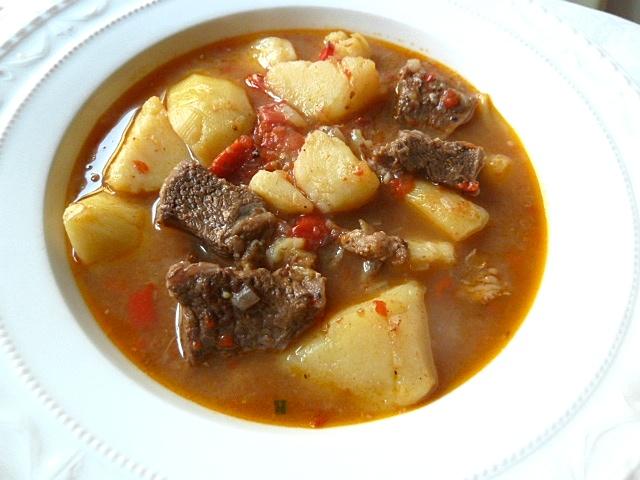 Gemischtes Gulasch mit Kartoffeln