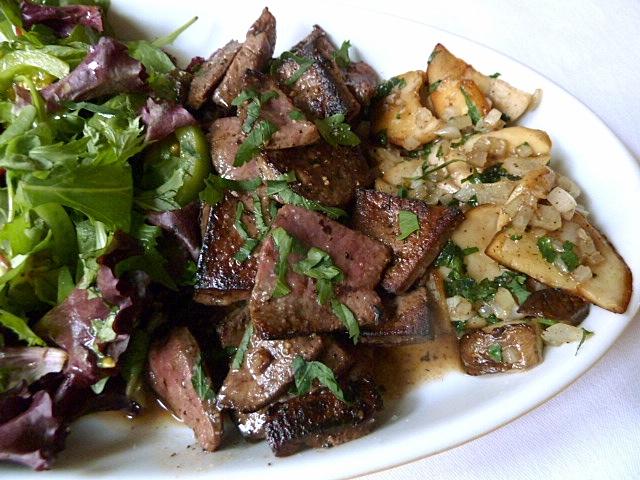 Kräutersalat, Kalbsleber mit Trotter Gear Soße und Kräuterseitling