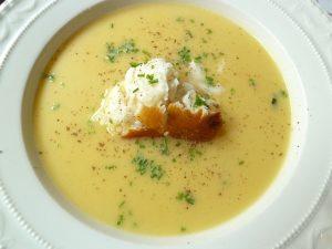 Suppe vom Butternusskürbis mit geräucherten Heilbutt