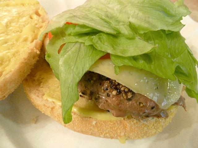 Wagyu Cheeseburger mit Krautsalat