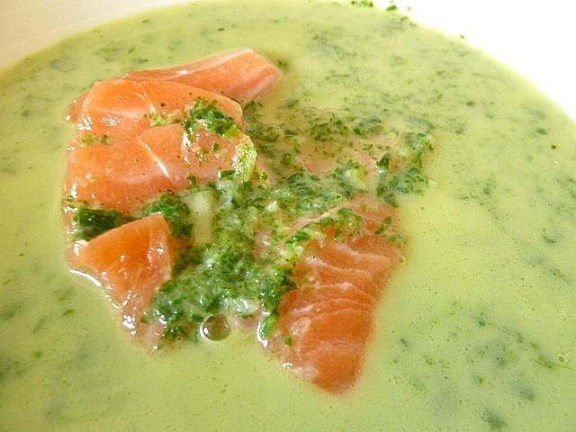 Suppe von Radieschenkraut, Bärlauch und Petersilie