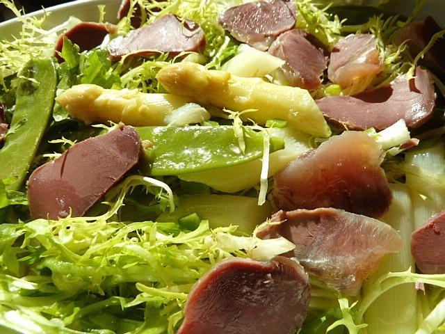 Salat mit Spargel und Frisee, dazu die letzten Entenmägen