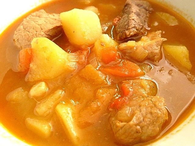 Gemischtes Gulasch mit roten Paprikaschoten und Kartoffeln