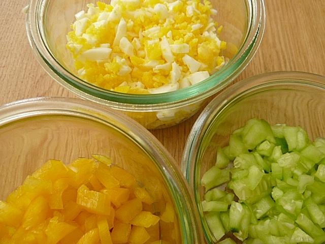 Eier, Paprika und Gurken als Einlage