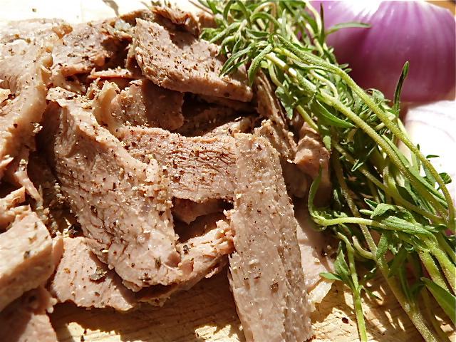 Bohnensalat mit Rindfleisch, blauer Zwiebel und Kartoffeln