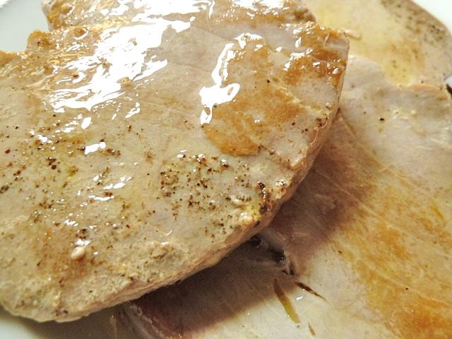 Thunfisch mariniert auf Tomatensalat